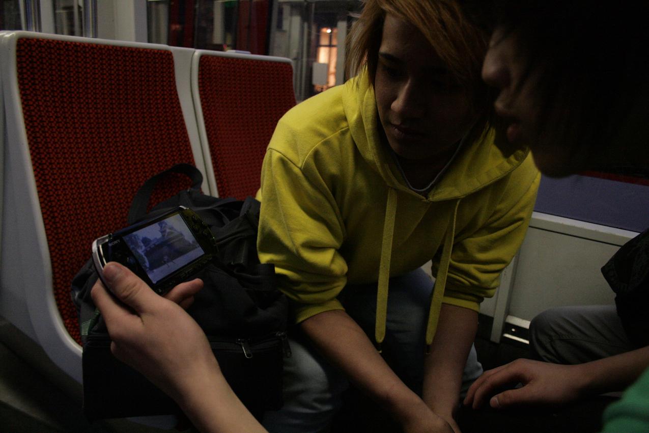 Auf dem Heimweg.Youtube in der Straßenbahn (Hoang Anh und Hoang)