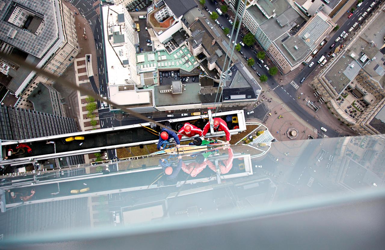 Der Austausch des Markenlogos am Westturm der Commerzbank Zentrale in Frankfurt am Main ist verschoben, da auf 258 m Hoehe, seit dem 13.April Wanderfalken ihren Nachwuchs brueten. Die geschluepften Kueken werden einmal woechentlich vom Leiter der technischen Betriebsfuehrung Herrn Michael Sauer aufgesucht und dokumentiert. Ansonsten ruhen alle Arbeiten an diesem Turm bis zum Abzug der Falken.  Vorbereitende Arbeiten zum Logo-Austausch an der Suedfassade. Der Kran fuer die Aussengondel wird wegen der Falken auf dem Westturm nicht installiert.
