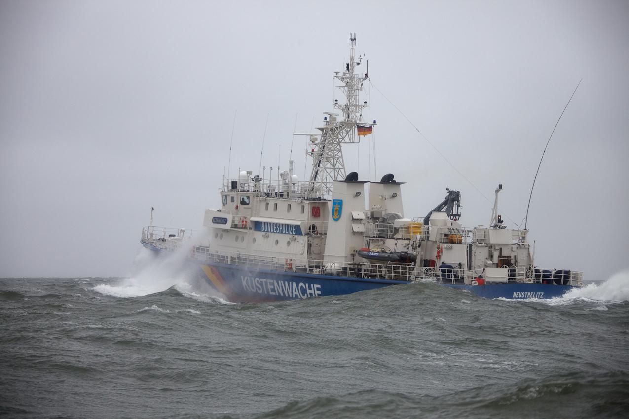 Neustadt in Holstein, Lübecker Bucht, Ostsee. 7.5.2010 Küstenwache im Einsatz auf der Ostsee. Die Bundespolizei ist ein Teil der deutschen Küstenwache. Das Wachboot NEUSTRELITZ der Bundespolizei lauft bei schlechtem Wetter und Windstarke 8 zu einer Routinefahrt in die Lübecker Bucht aus. Schon nach wenigen Minuten sichtet die Mannschaft ein unbemannt im Wasser treibendes Surfbrett.