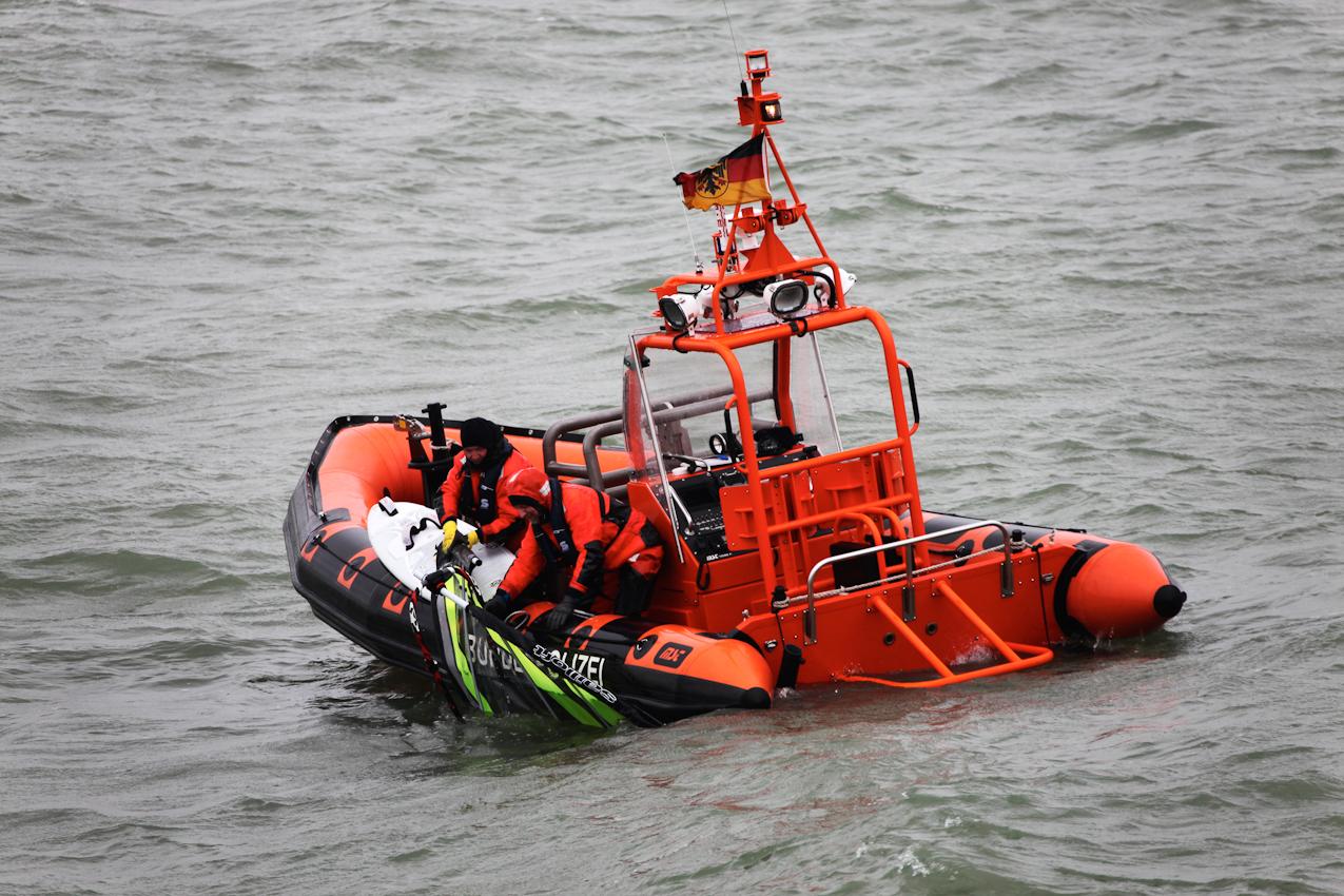 Neustadt in Holstein, Lübecker Bucht, Ostsee. 7.5.2010  --  Küstenwache im Einsatz auf der Ostsee. Die Bundespolizei ist ein Teil der deutschen Küstenwache. Das Wachboot NEUSTRELITZ der Bundespolizei lauft bei schlechtem Wetter und Windstarke 8 zu einer Routinefahrt in die Lübecker Bucht aus. Schon nach wenigen Minuten sichtet die Mannschaft ein unbemannt im Wasser treibendes Surfbrett. Das Beiboot wird zur Suche nach der vermissten Person ausgesetzt. Das Surfbrett wird geborgen.