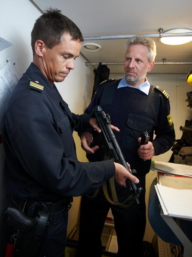 Neustadt in Holstein, Lübecker Bucht, Ostsee. 7.5.2010  --  Küstenwache im Einsatz auf der Ostsee. Die Bundespolizei ist ein Teil der deutschen Küstenwache. Das Wachboot NEUSTRELITZ der Bundespolizei läuft bei schlechtem Wetter und Windstärke 8 zu einer Routinefahrt in die Lübecker Bucht aus. Zur täglichen Bordroutine gehört die Ausgabe von Waffen an die Besatzung. Wenn verdächtige Schiffe kontrolliert werden, entert die so genannte Schwarze Gang das betreffende Schiff.
