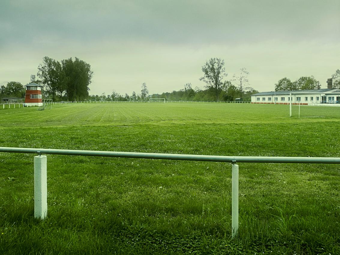 Der Fussballplatz des Sportvereines SV Traktor Kienitz e. V. liegt am Ortseingang von Kienitz, einer Gemeinde im Oderbruch. Position ist N52 40.425 E14 25.930  Die Aufnahme wurde um 15:03 Uhr gemacht.
