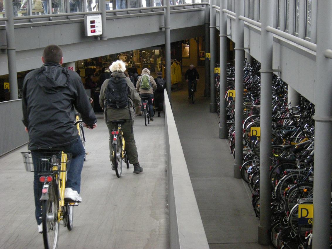 Unter dem Bahnhofsvorplatz in Münster/westf. werden die Fahrräder doppelt übereinander gestapelt