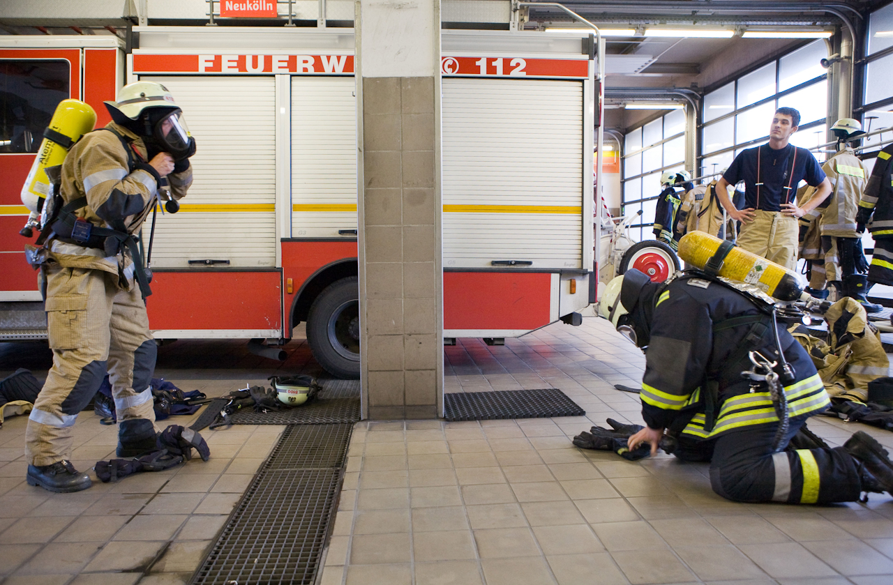 Zwischen den Einsätzen trainieren die Feuerwehrleute der Feuerwache Neukölln regelmäßig das Anlegen der Schutzkleidung und Ausrüstung.