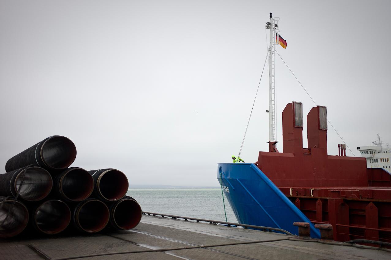 EUPEC PipeCoatings France SA ist Vertragspartner im Nord Stream Projekt zur Logistik und Betonummantelung der Stahlrohre für beide der je 1.220 km langen Ostseepipelines, die in Mukarn auf der Insel Rügen von ca. 300 Arbeitern produziert werden. Die ausgehärteten, ummantelten Rohre werden am Pier bereitgestellt für die Verladung auf das Transportschiff, das sie zu den Verlegeschiffen in der Ostsee bringt.