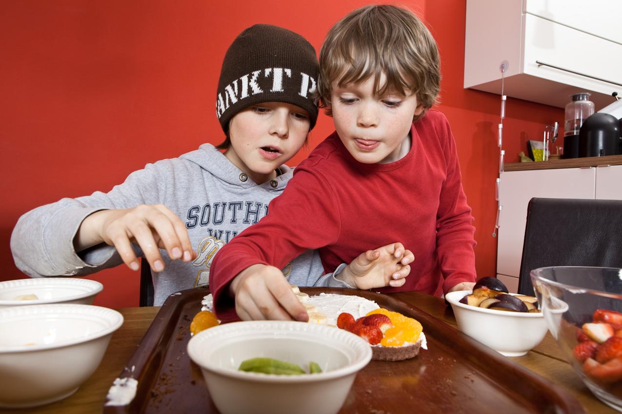 Moritz und Linus verzieren den Kuchen