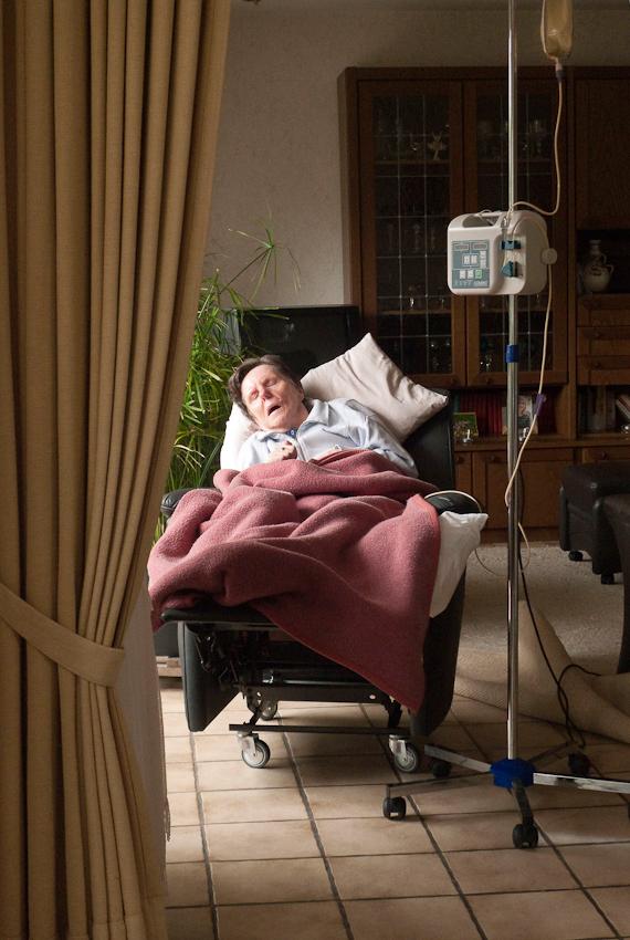 Ein Tag Deutschland, 07.05.2010, 59329 Wadersloh, NRW: 80 jähriger Mann pflegt seine an Multisystematrophie (MSA) erkrankte palliative 77 jährige Frau zu Hause.  Zur Abwechslung fur drei Stunden ans Wohnzimmerfenster.