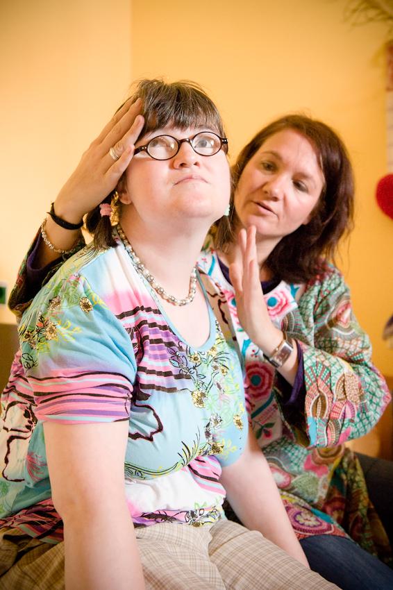 Nicole Spiegel ist eine Bewohnerin des Jakob-Riedinger-Hauses in Würzburg, einem Wohn- und Wohnpflegeheim für Menschen mit Behinderung. Der Bezirk Unterfranken hat sich die psychiatrische und neurologische Versorgung der unterfränkischen Bevölkerung zur wichtigsten gesundheitspolitischen Aufgabe gemacht. Sie zeigt, wie sie in ihren Tag startet. Nicole hat am Freitag immer Physiotherapie bei Andrea.