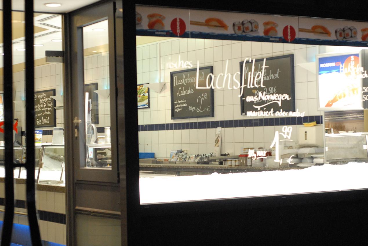Heidelberg, die Läden sind noch leer, blankes Eis schimmert im Fischladen dem frühen Betrachter entgegen