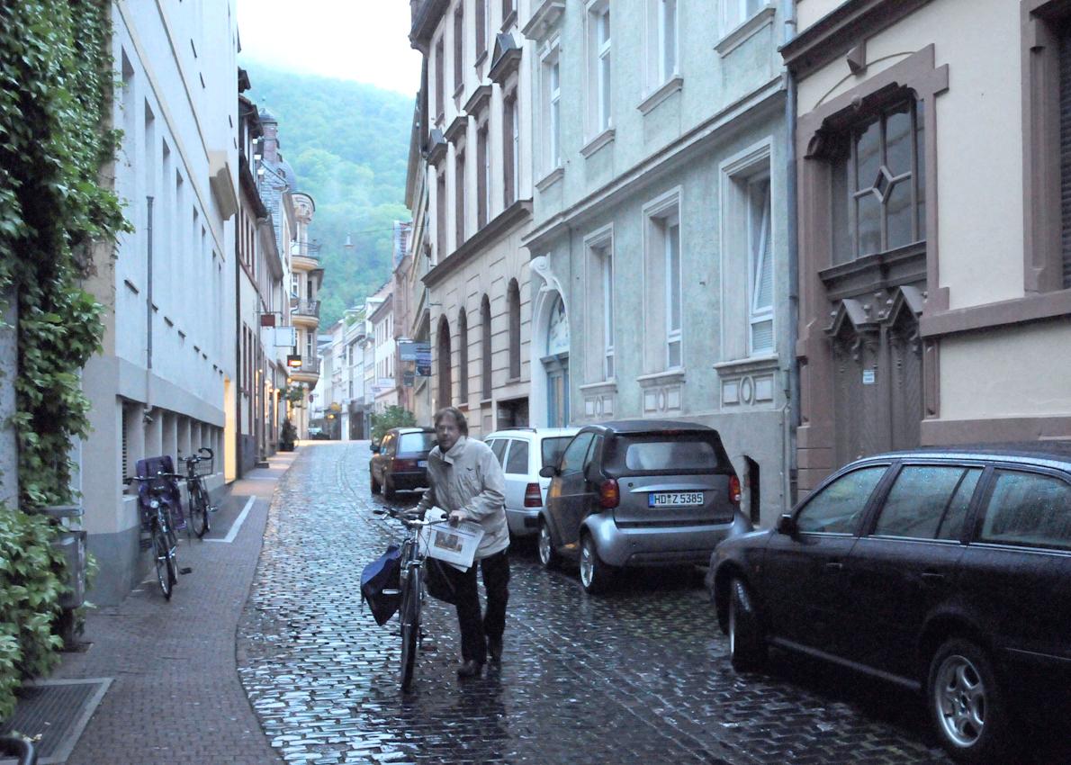 Heidelberg, Zeitungsausträger bei der Arbeit in der Altstadt