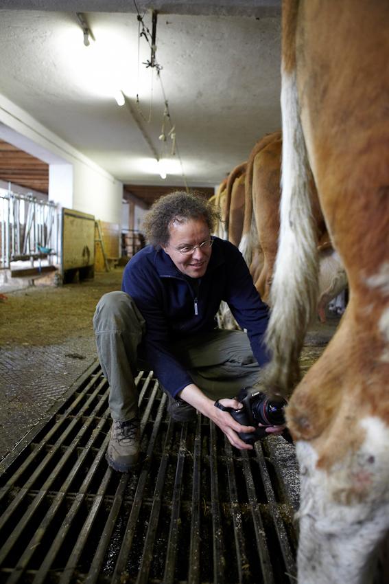 Making Off: Fotograf Eberhard Franke nähert sich dem Euter aus einer Bodenperspektive