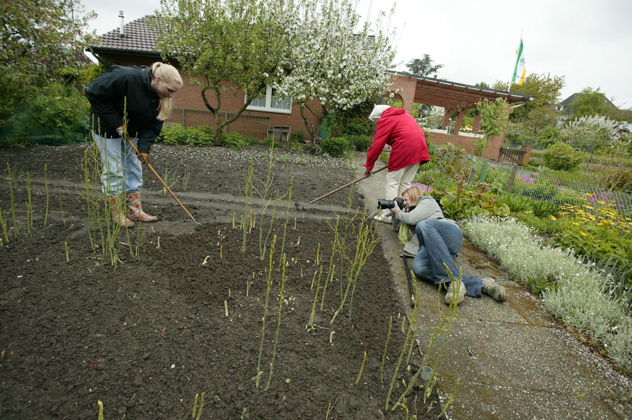 Kirsten Haarmann fotografiert das Wohn-Duo Gisela H. (77) und Swantje B. (22) bei der Gartenarbeit in Giselas Schrebergarten in Münster.