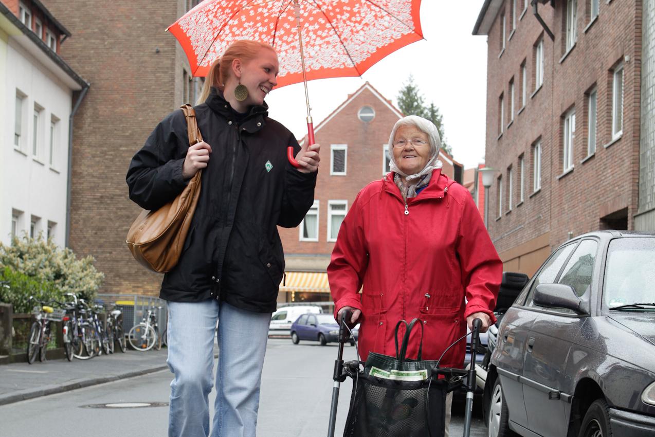 """Das Wohn-Duo Gisela H. (77) und Swantje B. (22) auf dem Weg zu Giselas Schrebergarten in Münster, Westfalen. Sie sind Teilnehmer des Projektes """"Wohnen fur Hilfe"""" und leben seit Herbst 2009 unter einem Dach. Die Studentin Swantje zahlt keine Miete und leistet pro qm eine Stunde Hilfe im Monat. Gisela ist Witwe und braucht Unterstützung im Haus und Garten."""