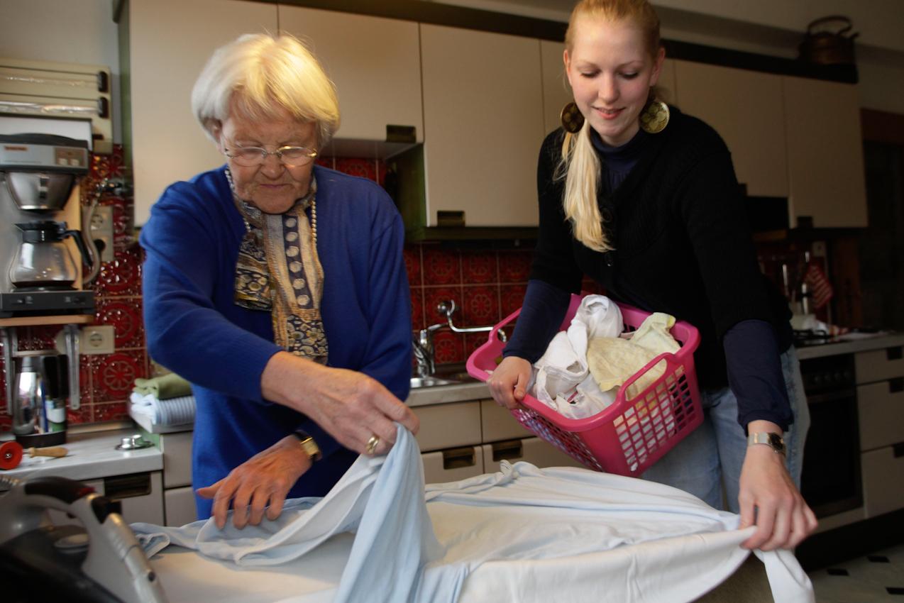 """Das Wohn-Duo Gisela H. (77) und Swantje B. (22) bei der Hausarbeit in Giselas Wohnung in Münster, Westfalen. Sie sind Teilnehmer des Projektes """"Wohnen fur Hilfe"""" und leben seit Herbst 2009 unter einem Dach. Die Studentin Swantje zahlt keine Miete und leistet pro qm eine Stunde Hilfe im Monat. Gisela ist Witwe und braucht Unterstützung im Haus und Garten."""