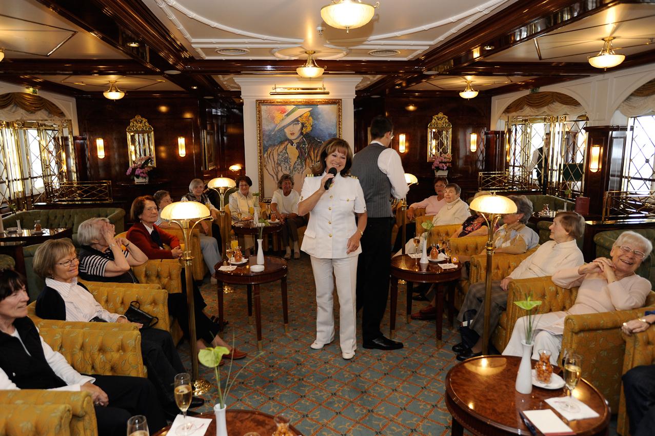 Auf dem Kreuzfahrtschiff MS Deutschland. Damen im Salon Lilli Marleen beim Single-Treffen. Hostess Sylvia Ambros moderiert.