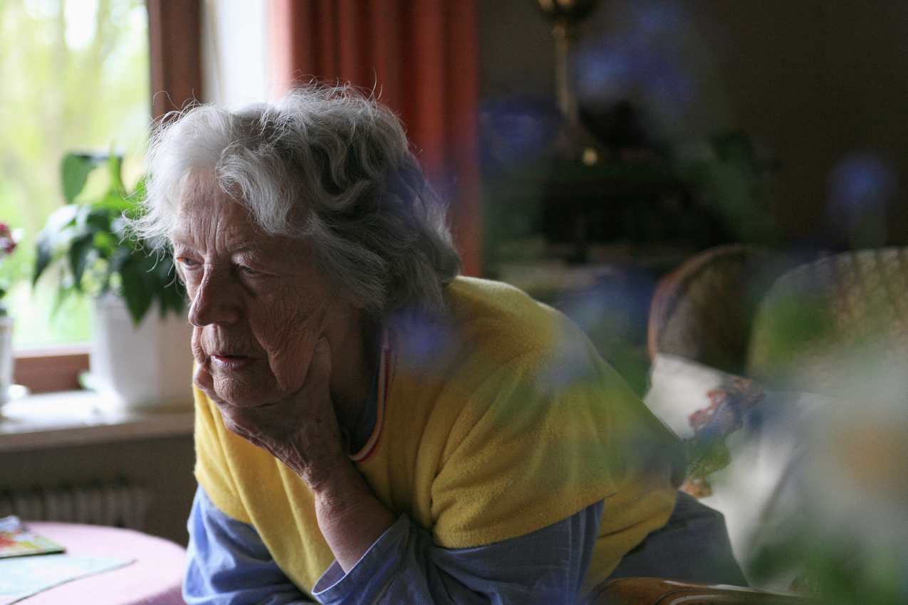 Die Witwe Hedwig Hansen hat die Nacht nicht durchgeschlafen. Sie ist gerade aufgewacht und sitzt im Wohnzimmer ihres Hauses in Tönning.