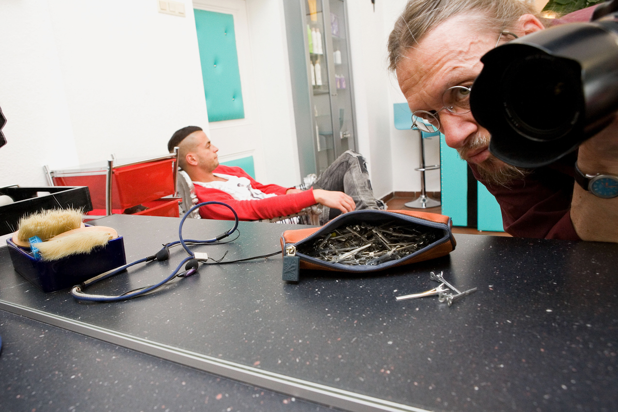 D, DEU, Muenchen, 07.05.2010: Im Geschäft des Friseurs Ciro Boschetto: der Fotograf Klaus Wagner fotografiert sich im Spiegel; links der Assistent des Friseurs Ciro Boschetto; München, Gabelsbergerstr. 36