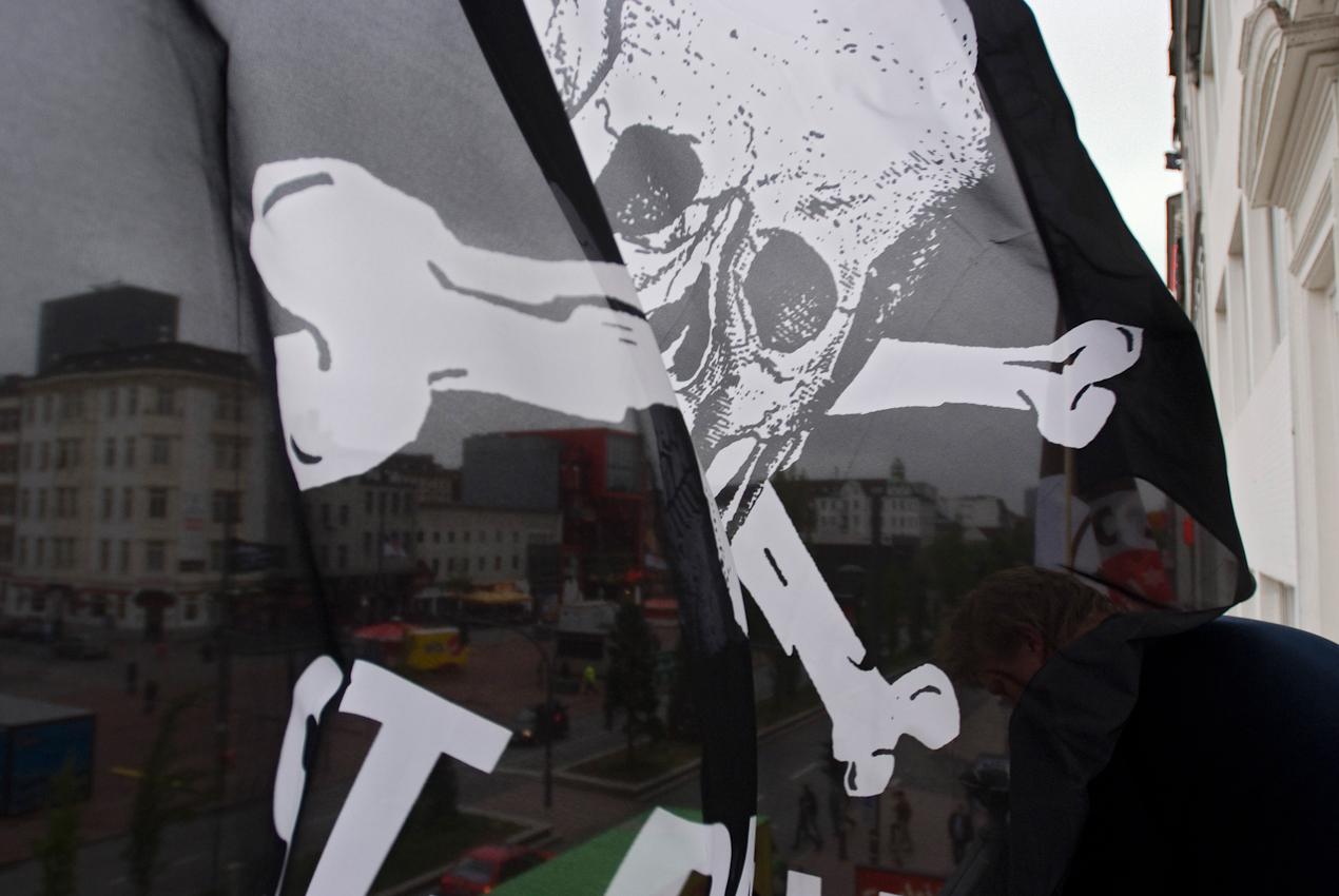Der Hausmeister des PJ's-Hotel an der Reeperbahn, Thorsten (rechts unten), schmückt den Balkon mit neuen St. Pauli-Fahnen und einem Banner. Im Hintergrund der fast leere Spielbudenplatz, auf dem 2 Tage später rund 80.000 St. Pauli-Fans den Aufstieg ihres Vereins in die Bundesliga feierten.