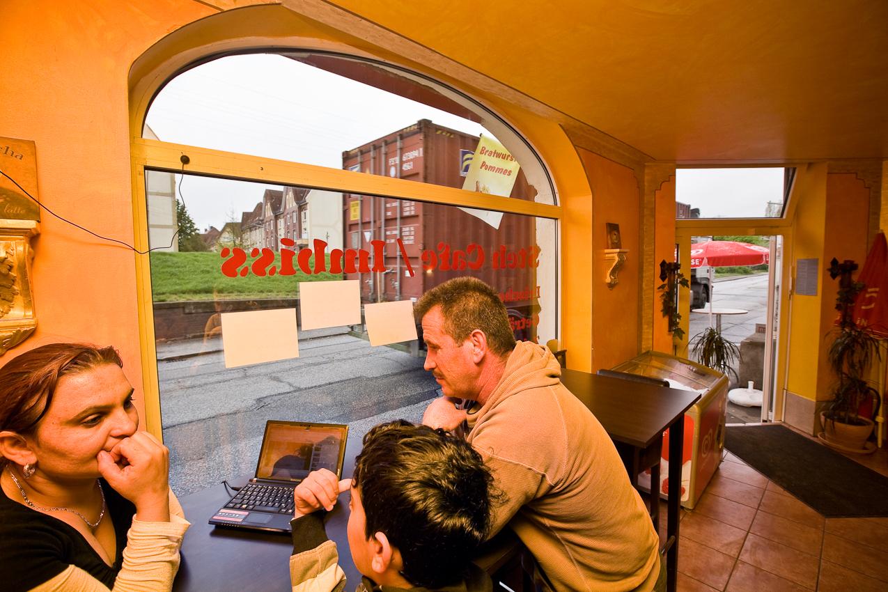 Stetig donnern mit Containern beladene Lastkraftwagen ueber den Ernst-August-Deich in Wilhelmsburg vorbei am Imbiss Trucker Stop Hafen-HH der Familie Bajramovic, um den Hunger des Hafens nach Containern zu stillen.