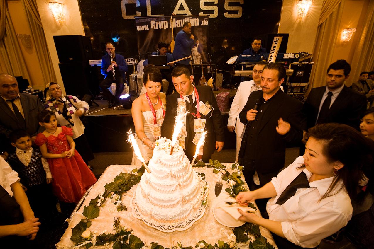 Tuerkische Hochzeitsfeier von Halil und Francine Soenmez in einem Veranstaltungssaal im Industriegebiet an der Schlinkstrasse in Wilhelmsburg.