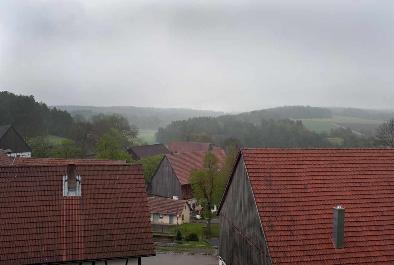 Ein Tag in dem 140-Einwohner-Dorf Laibarös. Ein Blick über das regenverhangene Dorf Laibarös.