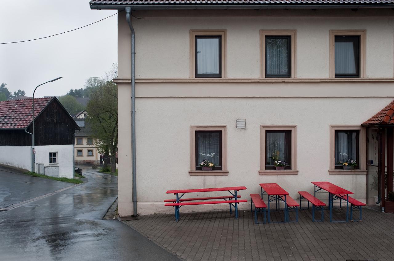 Ein Tag in dem 140-Einwohner-Dorf Laibarös. Biertische vor dem Dorfwirtshaus.