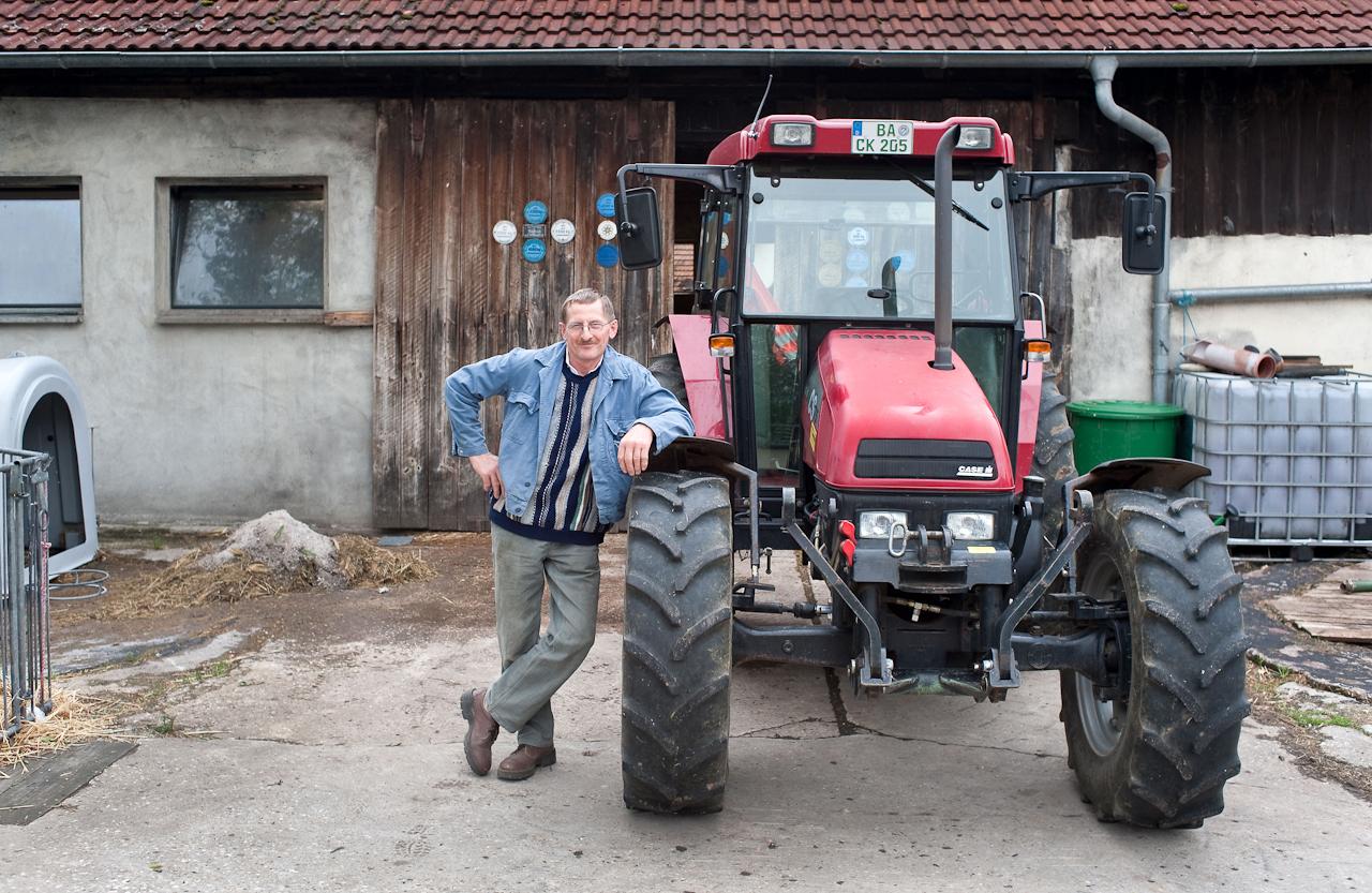 Ein Tag in dem 140-Einwohner-Dorf Laibarös. Stolzer Bauer mit seinem Traktor.
