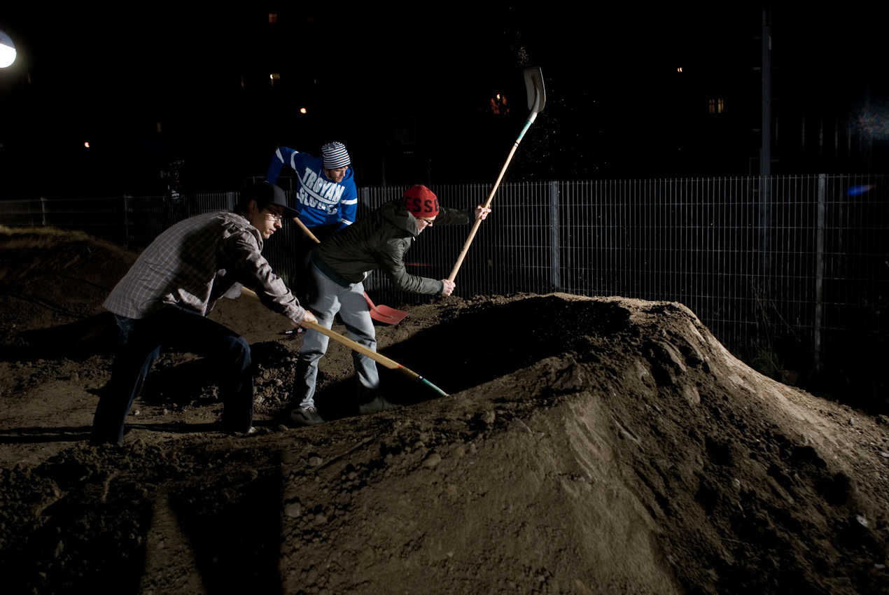 Jugendliche bauen sich einen sogenannten Pump-Track um mit ihren Mountainbikes und BMX Rädern darauf trainieren zu können. Ein eigens dafür von aktiven und professionellen Mountainbike Sportlern gegründeter Verein für gemeinnützige Jugendarbeit und Sportkultur hat sich um das ehemalige Stellwerk der Deutschen Bahn bemüht und konnte nun das bis dato brach liegende Gelände pachten. Für Jugendliche ist dieser Platz nahe der Wahrschauer Strasse sehr zentral und gut erreichbar. In einer einmaligen Aktion bauten sich die zahlreich erschienenen Jugendlichen und Mountainbike Begeisterten innerhalb von 2 Tagen, am 07. & 08.05. ihre Traum-Strecke. Die Fotos zeigen den Beginn der Bauphase am 07.05.2010, wo bis um Mitternacht gebaut wurde. Am Abend des 08.05. wurde der Pump-Track dann mit einer ordentlichen Session gebührend eingeweiht.