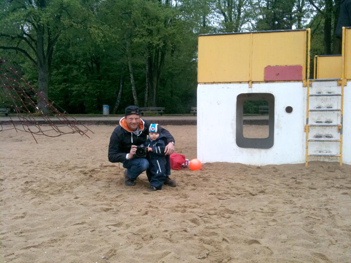 <p>Beobachtung der Erkundung des maritimen Kinderspielplatz im Stadtpark Hamburg/Winterhude durch ein Kleinkind. Die 'Making of'-Aufnahme zeigt Jan C. Brettschneider und seinen Sohn Ben nach dem shooting am 7.5.2010 um 16:40h.</p>