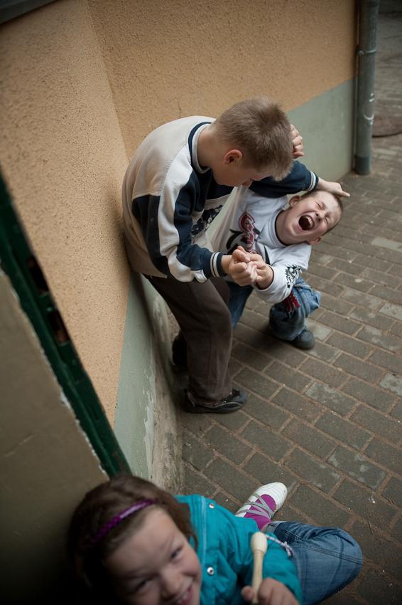Spiel und ernsthafte Auseinandersetzung gehen bei Jan Phillip oft fließend ineinander über. -- Jan Phillip Biesecke (10 Jahre), der bei seinen Großeltern in Brandenburg/Havel lebt, geht jeden Tag nach der Schule in eine Tagesbetreuungsgruppe. Dort bekommt er Nachhilfe und verbringt mit anderen Kindern den Nachmittag. Jan Phillips Mutter hatte ihn mit 3 Jahren verlassen. Sein Vater, mit der Situation völlig überfordert, hatte ihn zu den Großeltern gegeben, bei denen er jetzt immer noch lebt. Die Tagesbetreuung wird vom Jugendamt finanziert und ist für Jan Phillips Großeltern eine Möglichkeit sich bei der Erziehung, die sie nur zum Teil leisten können, helfen zu lassen.