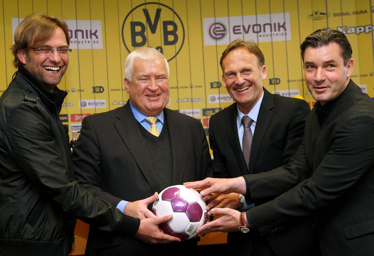 Der Konzern-Chef von Evonik Industries Dr. Klaus Engel stellte sich mit Ball der Presse. Er verlängerte den Millionen schweren Sponsorenvertrag mit Borussia Dortmund bis zum Jahr 2013. Gut gelaunt nahmen Trainer Jurgen Klopp, Borussen-Chef Joachim Watzke und Sportdirektor Michael Zorc den alten und neuen Sponsor in die Mitte.