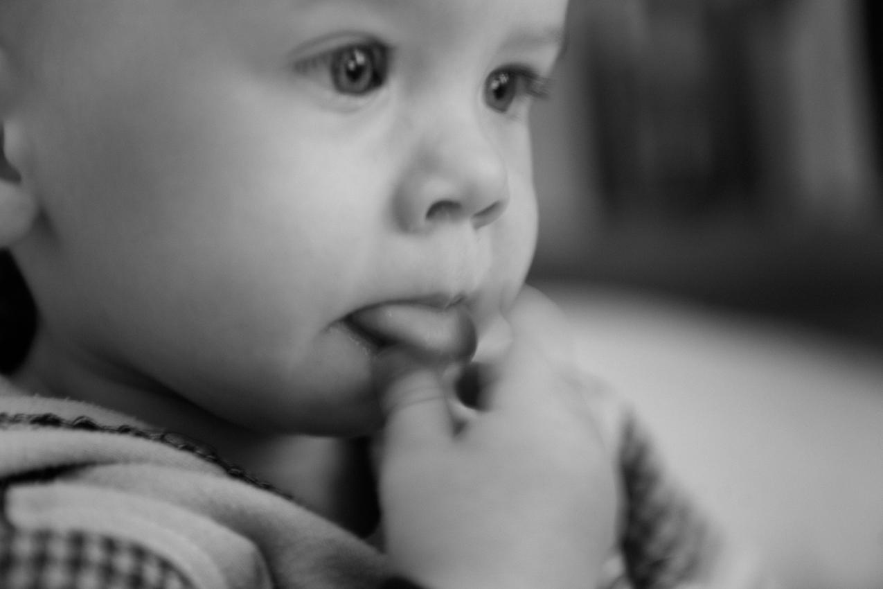 Elias spielt mit seiner Zunge. Im Alter von 18 Monaten laufen viele Erfahrungen noch über das Erkunden mit Zunge und Mund ab. ----- Titel:  Ganz bei sich -- Ein Tag im Leben von Elias Valentin Morascher; Sohn des Fotografen Arnold Morascher. Mein Hauptinteresse bestand darin, das Kind nicht in Interaktion mit anderen sondern in Konzentration auf sich selbst zu fotografieren. Die Serie zeigt die Eigenständigkeit des 18 Monate alten Kindes (geboren 14.11.2008),  die konzentrierten Momente. Lernen, Erfahren, Bewegung, selbständiges Spielen; auch die Frustration des Kindes, als es z.B. nicht in der Lage ist, alleine auf das Bett der Eltern zu klettern. Die Serie entstand in etwa vier Stunden zwischen 13:00 und 17:00 Uhr am 07.05.2010 und zeigt ein Stück Leben eines Kleinkindes in Deutschland /22175 Hamburg/Bramfeld.