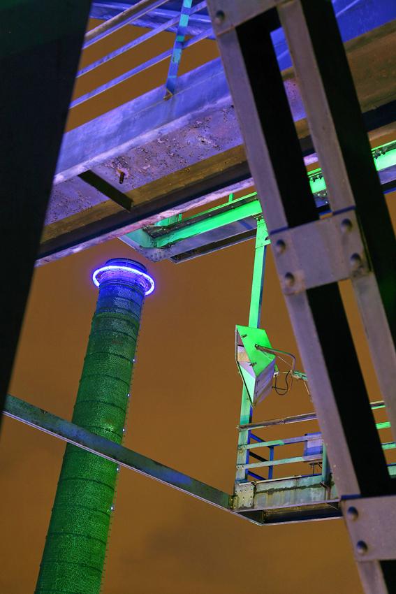 Landschaftspark Duisburg Nord. Ehemalige Hochofenanlage bis 1985. Seit 1996 als begehbarer Landschaftspark genutzt. Die Bedeutung des Parks als Tourismushighlight hat sich spätestens seit 1996 durch den britischen Lichtkünstler Jonathan Parks, der in einer spektakulären Licht- und Farbinszenierung das ehemalige Huttenwerk in den IBA-Farben Blau, Grün und Rot in Szene setzte, sehr stark erhöht. Diese Lichtinszenierung, die an den Wochenenden und an Feiertagen zu besichtigen ist, trug wesentlich zur Vermarktung und zur überregionalen Bekanntschaft des Parks bei. So ist der Landschaftspark beispielsweise ein wichtiger Teil der Route der Industriekultur oder der Route der Industrienatur.
