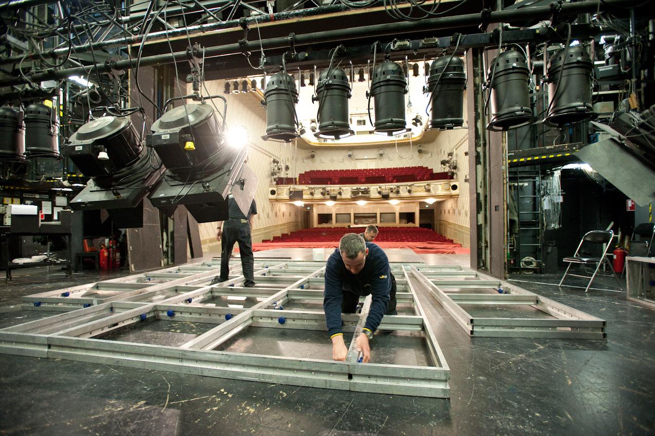 """Bauprobe am Maxim Gorki Theater Berlin für das Stuck """"Penthesilea"""": Im Vordergrund montiert Jan Olschewski Teile der aufwändigen Bühnenkonstruktion."""