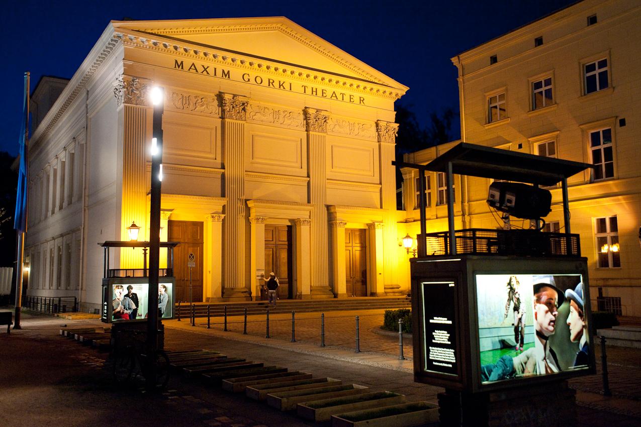 """Das Maxim Gorki Theater in Berlin am Abend des 7. Mai 2010. Auf dem Spielplan stand """"Der Geizige"""" von Peter Licht (nach Molière)."""