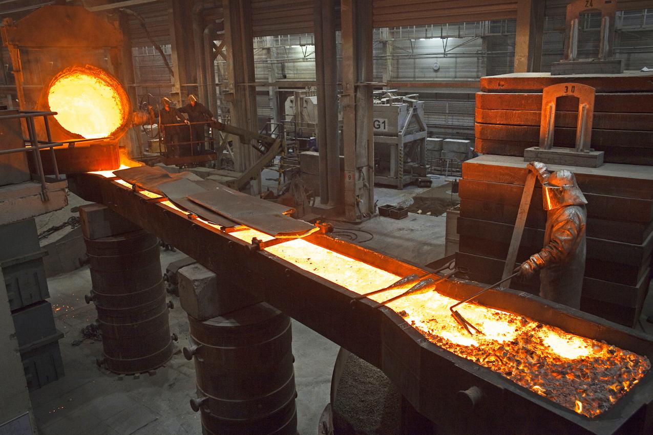 Aus der Pfanne wird das glühende Gussmaterial über die Einfüllrinne in die Gussform des Propellers gegossen.
