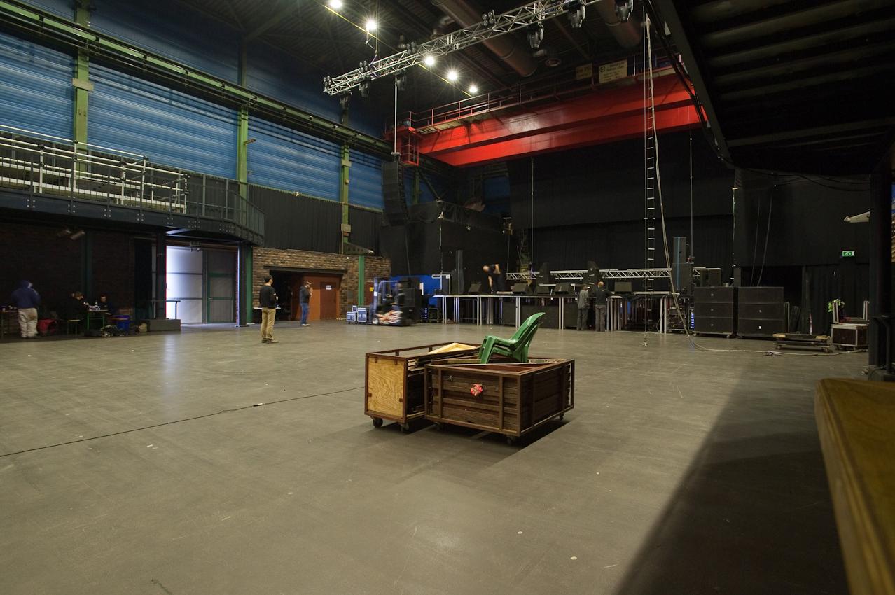 Bremen, im Hafen Pier 2. Die Bühne für das Gentleman-Konzert am Abend wird aufgebaut.