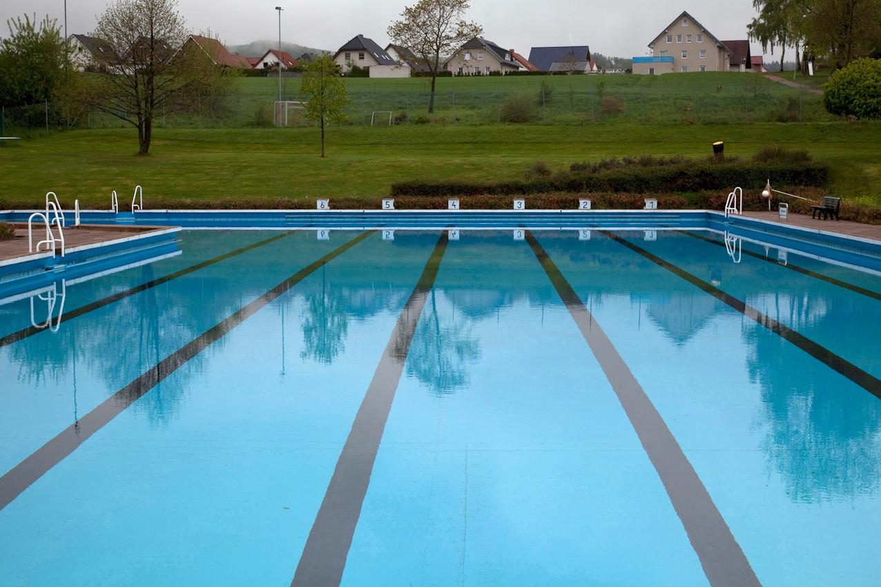 Weserbergland, Eschershausen, Freibad, 10:48 Uhr. Ein früher öffentliches Schwimmbad. Jetzt haben nur Vereinsmitglieder Zutritt. Sie pflegen und finanzieren das Bad meist ehrenamtlich. Einen Bademeister gibt es nicht mehr. Lässt die Bürgerinitiative nach - geht das Schwimmbad unter.