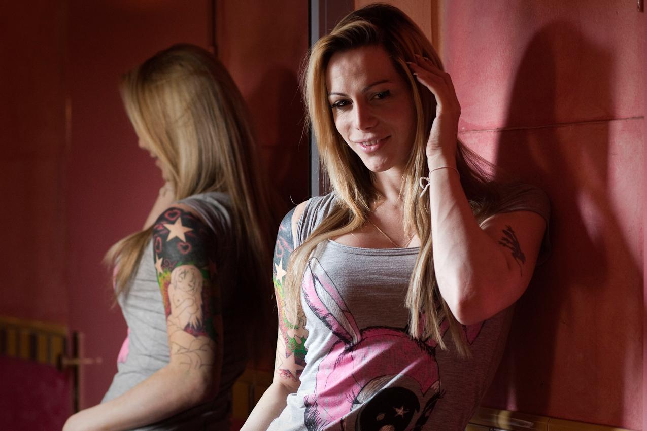 """Die 29-jahrige Roxy posiert am Fenster. Die Fenster des """"Pascha"""" sind verspiegelt."""