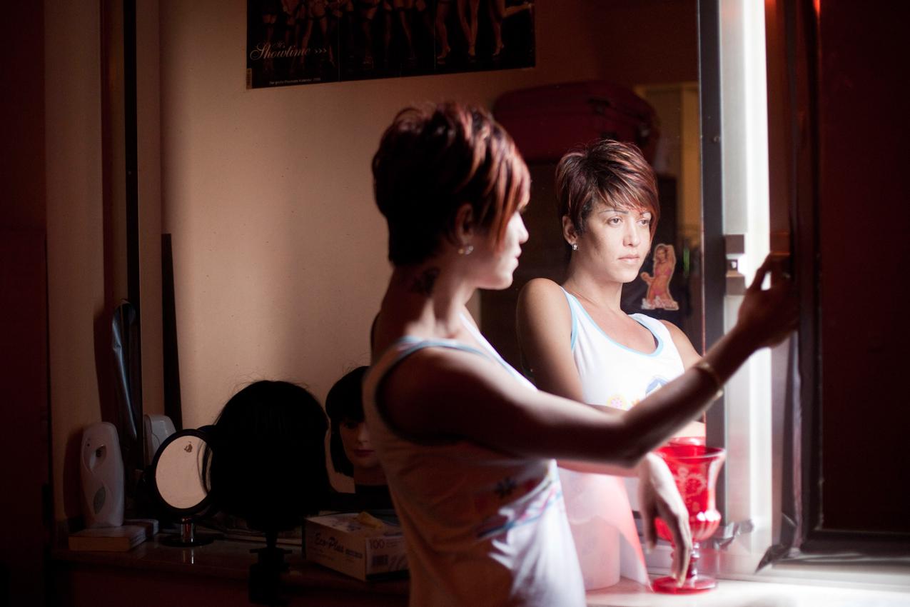 """Bruna schaut aus dem Fenster. Da die Fenster des """"Pascha"""" verspiegelt sind, muss man sie öffnen, um Tageslicht zu sehen."""