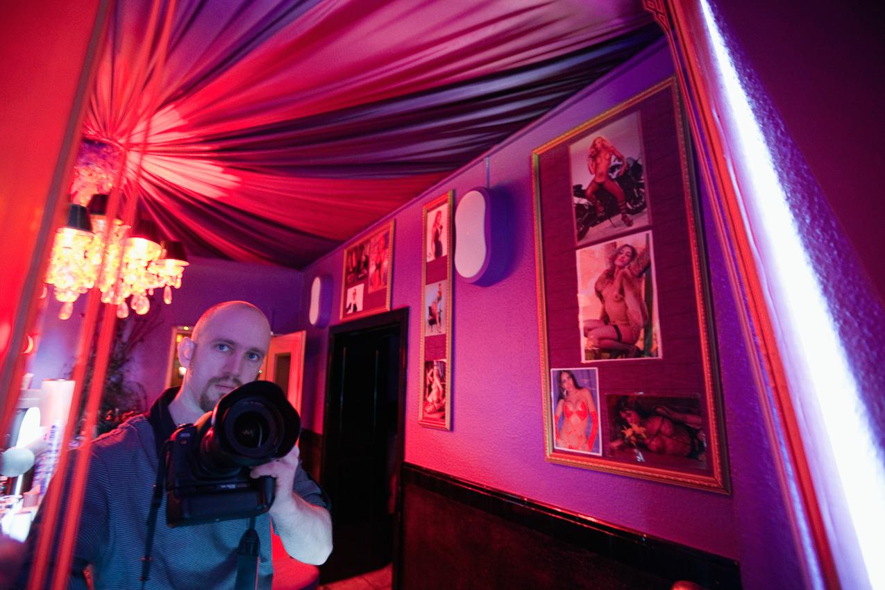 Deutschland, Köln. Pascal Amos Rest bei seiner Arbeit über Transsexuelle im Bistro T-Room auf der 7. Etage des Laufhauses Pascha. Das berühmte Kölner Bordell Pascha ist nach eigenen Angaben das größte Laufhaus Europas. Auf 10 Stockwerke verteilt finden sich 126 Appartements, Bistros, Beautycenter, eine Boutique, ein Sonnenstudio und ein Waschsalon. Das Pascha ist eine Welt für sich und Arbeitsplatz von etwa 150 Huren. Die 7. Etage ist dabei ausschließlich transsexuellen Prostituierten und deren Freiern vorbehalten.