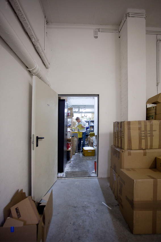 Die Brüder Jan und Constantin Bloemer sind E-Bay-Powerseller. Sie betreiben ihr Geschäft in einem sehr engen Kellerraum in der Kölner Innenstadt. Hier werden ihre Produkte aus der ganzen Welt Paketweise angeliefert. Nach wenigen Tagen werden die Elektronikartikel einzeln verpackt und auf den Weg zu ihren Käufern geschickt. So verlassen nahezu 200 Briefe und Päckchen jeden Tag den engen Kellerraum. Constantin Bloemer.