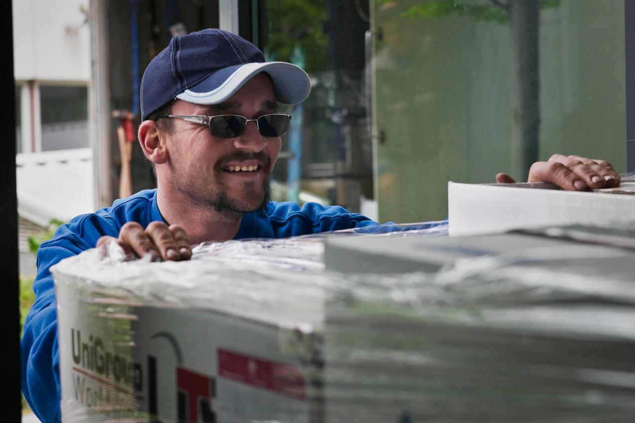 """Steve ist stark kurzsichtig. Seine reguläre Brille hat er verloren. Um überhaupt arbeiten zu können, trägt er nun seine Sonnenbrille mit Korrekturgläsern. In den oft dunklen Baustellen erschwert dies das Arbeiten fur ihn zusätzlich. Bei seinen täglich wechselnden Kollegen handelt er sich dafür Spott ein. Sie glauben, er möchte besonders """"cool"""" sein."""