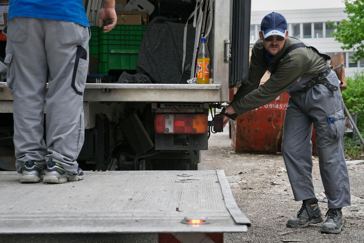 Die Beladung der LKWs ist den erfahrenen Speditionsmitarbeitern vorbehalten. Für Steve bleiben meist schwere oder schmutzige Handlangertätigkeiten ubrig. Selten sind sie so bequem wie das Bedienen einer Laderampe.