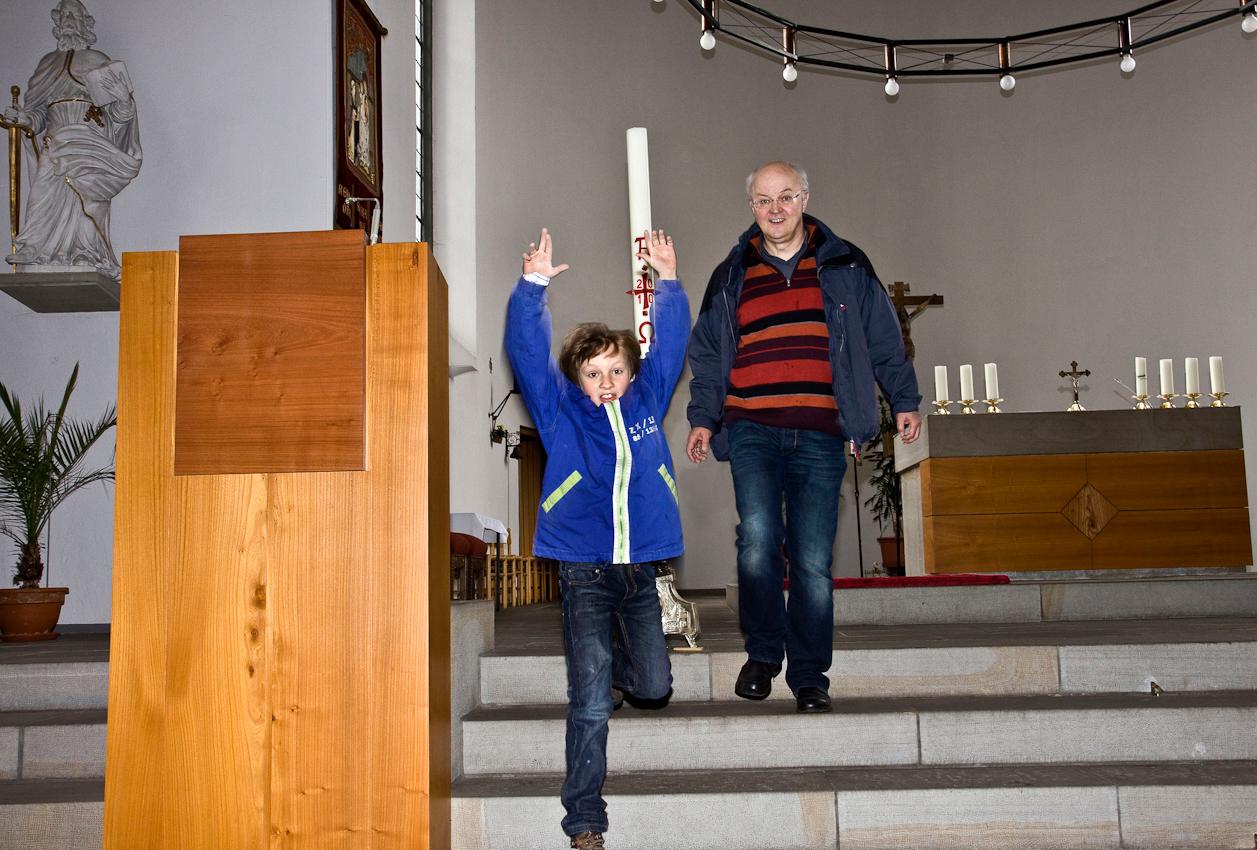 In Vorbereitung seiner Erstkommunionsfeier, besucht Jakob Dicks (links), am Nachmittag des 07.05.2010, gemeinsam mit seinem Vater, Achim, die Pfarrkirche St. Peter in Krefeld-Uerdingen.