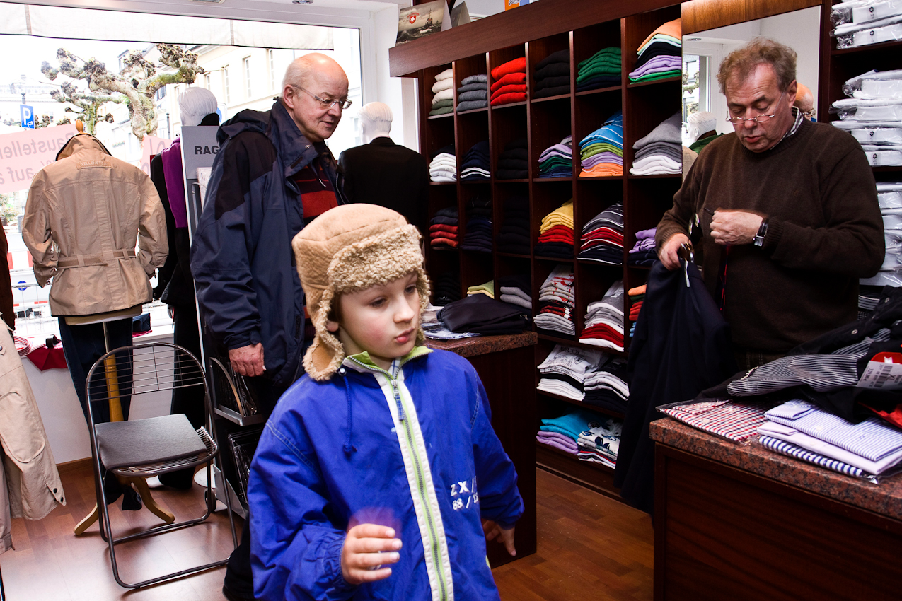 Am Nachmittag des 07.05.2010, besuchen Vater, Achim (li) und Sohn Jakob Dicks (mi) einen Herrenausstatter in Krefeld, um den Anzug des Vaters fur die bevorstehende Erstkommunionsfeier abzuholen.