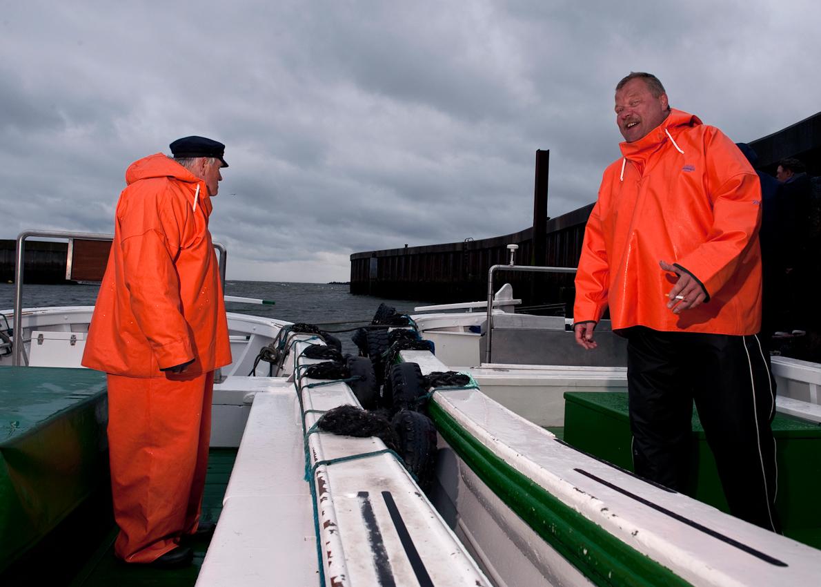 Kapitan Karl - Heinz Hottendorf und ein Matrose bei den Vorbereitungen auf auf die erste Ausfahrt des Tages. Sie booten mit Ihren Boertebooten die Besucher von den Fähren auf die Insel aus.