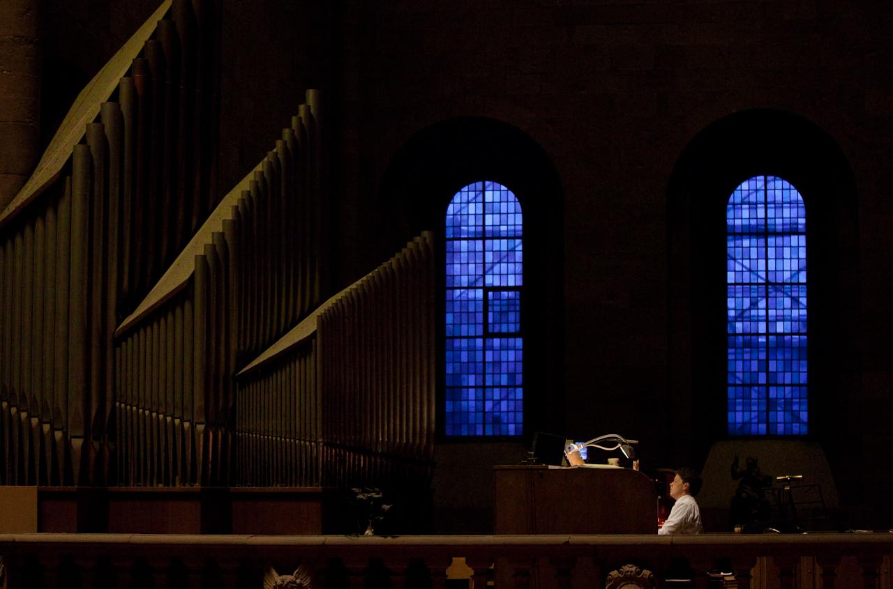 Der neue Mainzer Domorganist Daniel Beckmann spielt während des Abendlobs am 7. Mai zum ersten Mal während eines Gottesdienstes im Mainzer Dom. Er ist der Nachfolger von Albert Schonberger, der für 25 Jahre der Domorganist von Mainz war und in den Ruhestand ging. Die Mainzer Orgel ist eine der kompliziertesten Orgelanlagen Europas und besteht aus sechs Teilwerken, die alle vom Zentralspieltisch auf der Orgelempore bedient werden können.