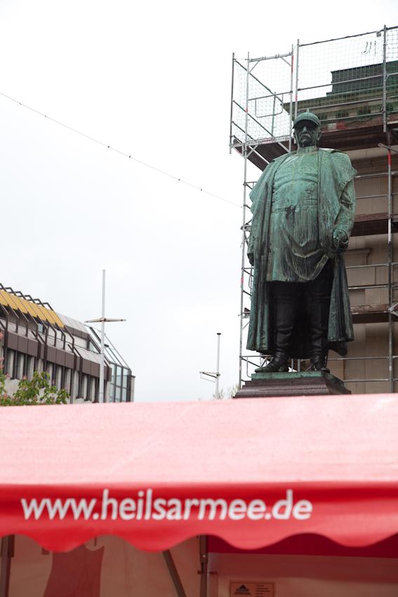 7. Mai 2010, 11 Uhr.  Die Heilsarmee in Wuppertal-Barmen feiert dieses Jahr 120 jahriges Jubilaum. Auf dem Geschwister-Scholl-Platz in Wuppertal-Barmen prasentiert sie sich ud ihre Arbeit. Mich interssierte gerade der Besuch zur Eroffnungszeit am Vormittag - jenseits der ublichen Zeiten.Die Heilsarmee in Wuppertal-Barmen feiert dieses Jahr 120-jähriges Jubiläum. Auf dem Geschwister-Scholl-Platz in Wuppertal-Barmen präsentiert sie sich und ihre Arbeit. Mich interssierte gerade der Besuch zur Eröffnungszeit am Vormittag - jenseits der üblichen Zeiten.