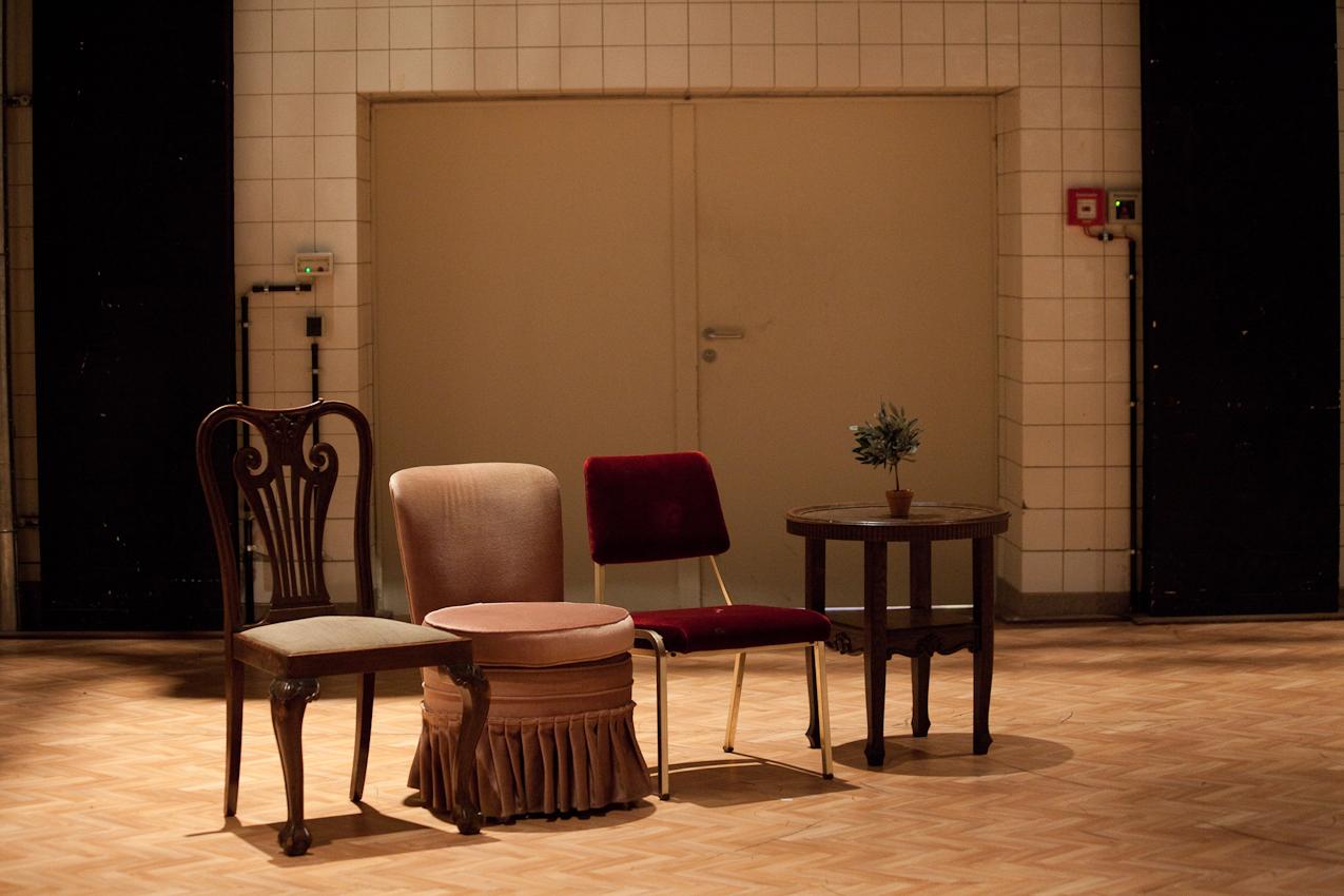 """""""Themselves already hop!"""" (Performance von Herman Heisig, Pact-Zollverein, Essen) portraitiert vier Personen in einem Raum, der ihr Wohnzimmer sein könnte. Inmitten einer Anzahl von Gebrauchsmöbeln und Topfpflanzen spielen sie Karten, lachen, massieren sich, unternehmen Exkursionen durch den Raum und versuchen, nebenbei ein Picknick zu organisieren. Sie verschieben die Einrichtungsgegenstände mit autistischem Ernst und bauen kleine Häuschen."""" Was so abstrakt klingt, ist eigentlich eine schöne Allegorie auf Deutschland. So sieht es aus; Hoffnung, Verzweifelung, Werden und Vergehen. In einem kleinen (Theater)raum. Hochkomprimiert. Für mich ist dies ein realistisches Bild Deutschlands."""